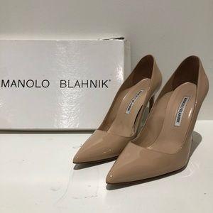 MANOLO BLAHNIK nude patent leather pumps